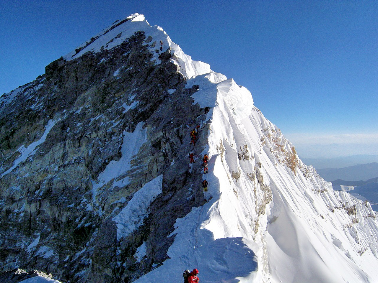 Hillary Step, along the final route to the summit of Everest from Camp 4, the final camp in the trek. Licensed under CC BY-SA 4.0, from MagentaGreen from Wikimedia